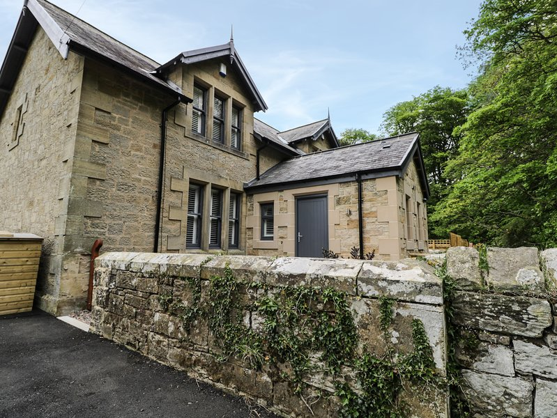 1 GRANGE COTTAGES, breakfast bar, woodburner, hot tub, near Alnwick, casa vacanza a Whittingham
