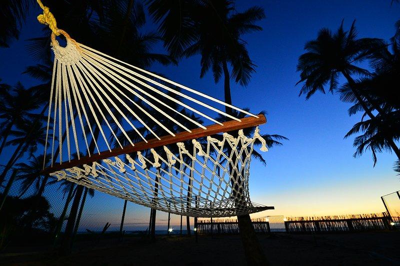 Sitback entspannen und genießen einen freien Sonnenuntergang von der Hängematte aus dem Indischen Ozean