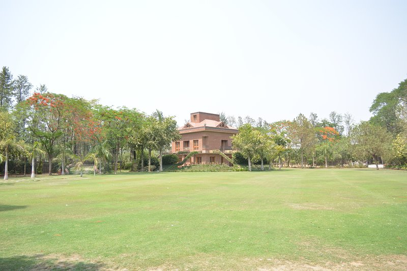 Luxury Farmhouse with Swimming Pool, Ferienwohnung in Faridabad District