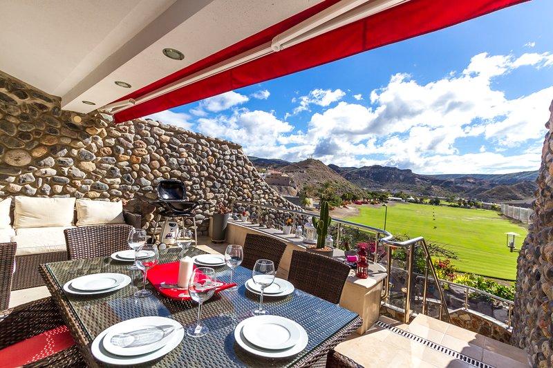 Schöne Aussicht über Golfplatz und genießt im Freien zu essen. Friedlich und ruhig.