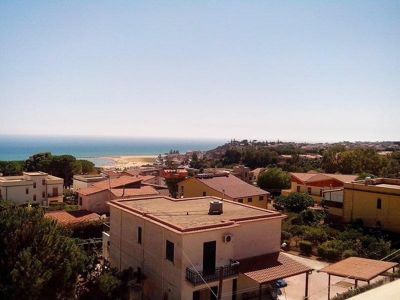 Bellismo grande Appartamento con vista mare,3 stanze,cucina,bagno.3 Balconi, holiday rental in Porto Empedocle