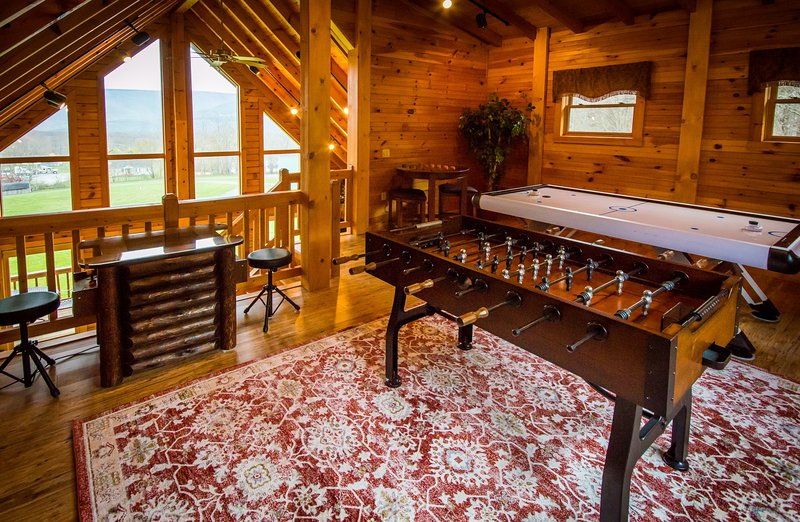 Majestic Cabin - hot tub honeymoon at Golden Anchor Cabins, alquiler vacacional en Upper Tract