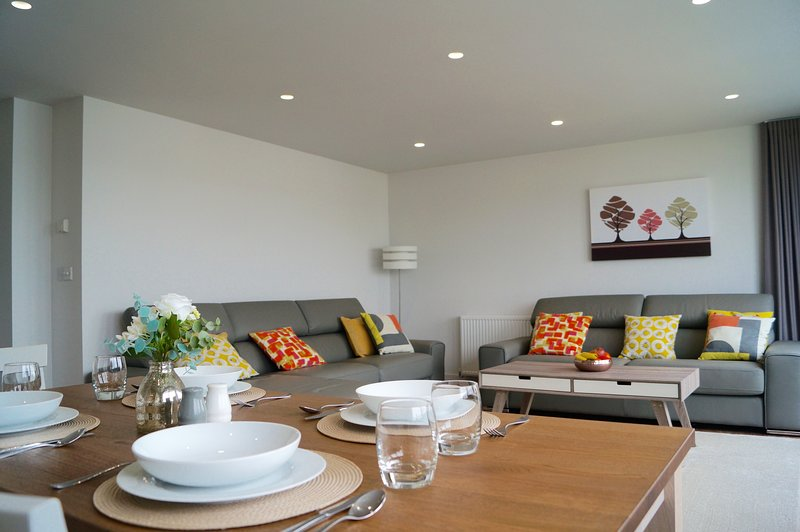 NEW! Contemporary 2 bed apartment in Truro city centre with cathedral views!, vacation rental in Tresillian