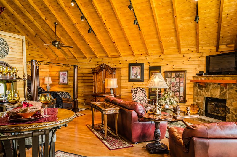 Royale Cabin - hot tub honeymoon at Golden Anchor Cabins, alquiler vacacional en Upper Tract