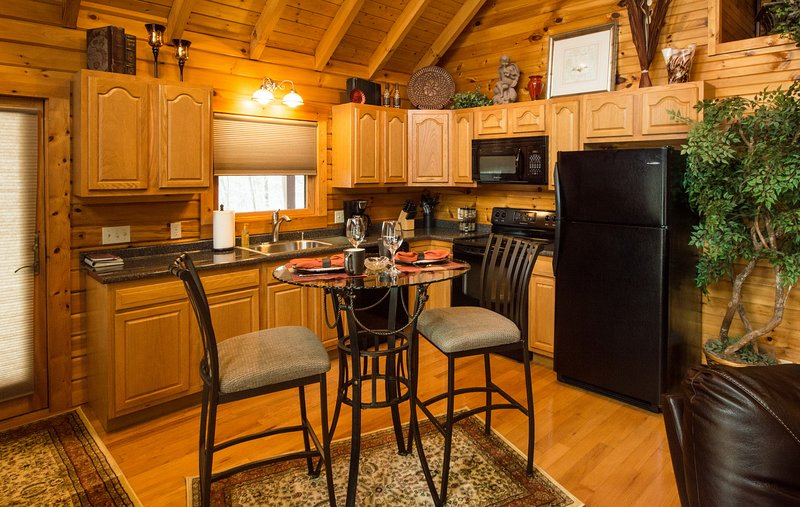 Queen Cabin - hot tub honeymoon at Golden Anchor Cabins, holiday rental in Bowden
