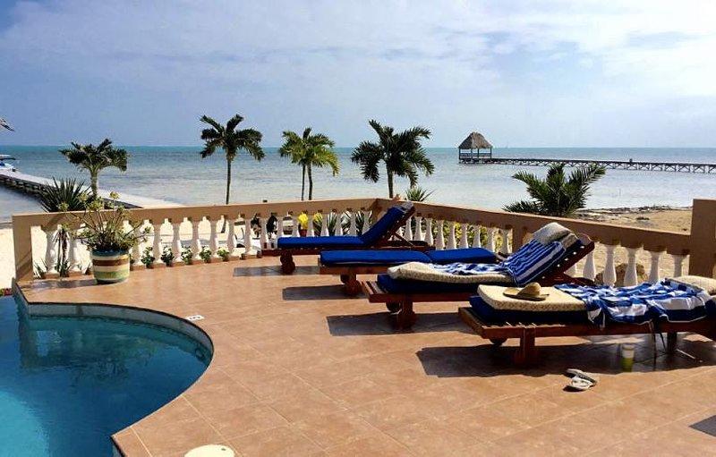 Vista de la zona de descanso junto a la piscina de su patio