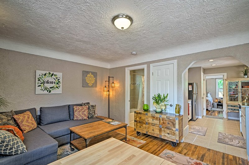 This cozy Colorado Springs home features 2 bedrooms and 1 bathroom for 6 guests.