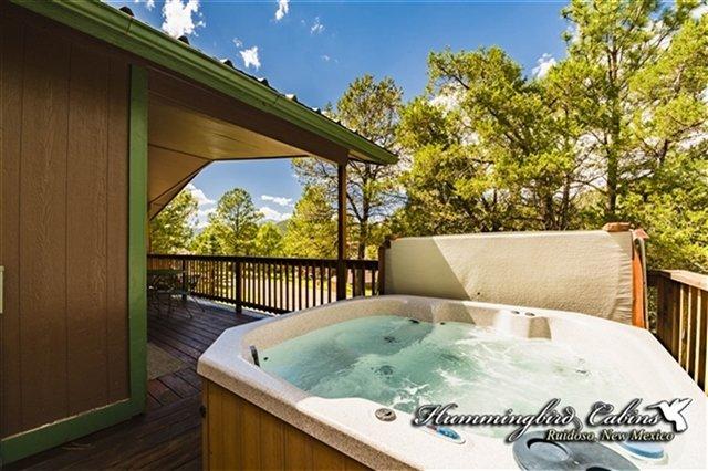 Una vista de la bañera de hidromasaje y la cubierta