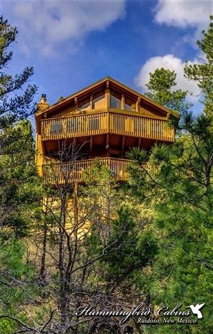 Une vue de l'arrière de la maison, y compris une terrasse de 2 étages pour des vues spectaculaires