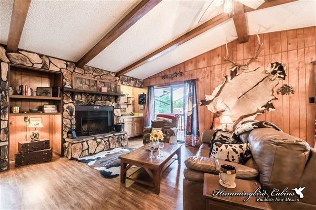 La sala de estar cuenta con una chimenea de leña