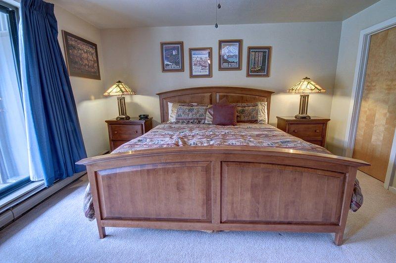 Installez-vous confortablement dans le lit king-size après une longue journée d'activités à Keystone.