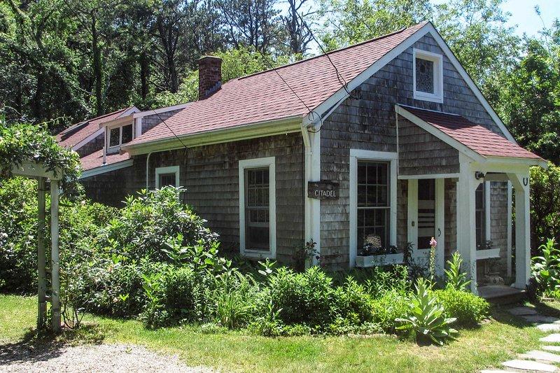 Private Brewster Cottage Near Beach & Harbor!, Ferienwohnung in East Dennis