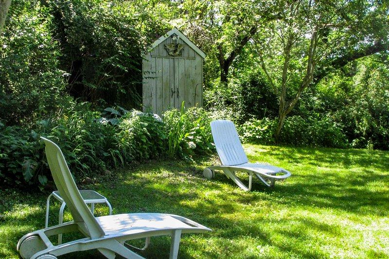 Há muitas cadeiras para descansar do lado de fora.