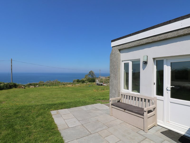 KITTICARN, close to beach, all ground floor, lawned garden, pet-friendly, vacation rental in Sennen Cove