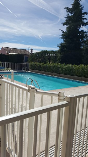 Nice apt with pool access & terrace, casa vacanza a Le Cannet