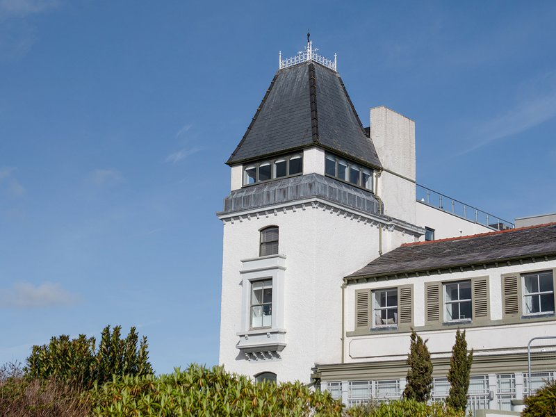 THE MOORINGS, second floor apartment with sea views, Juliet balcony, WiFi, near, vacation rental in Dwygyfylchi