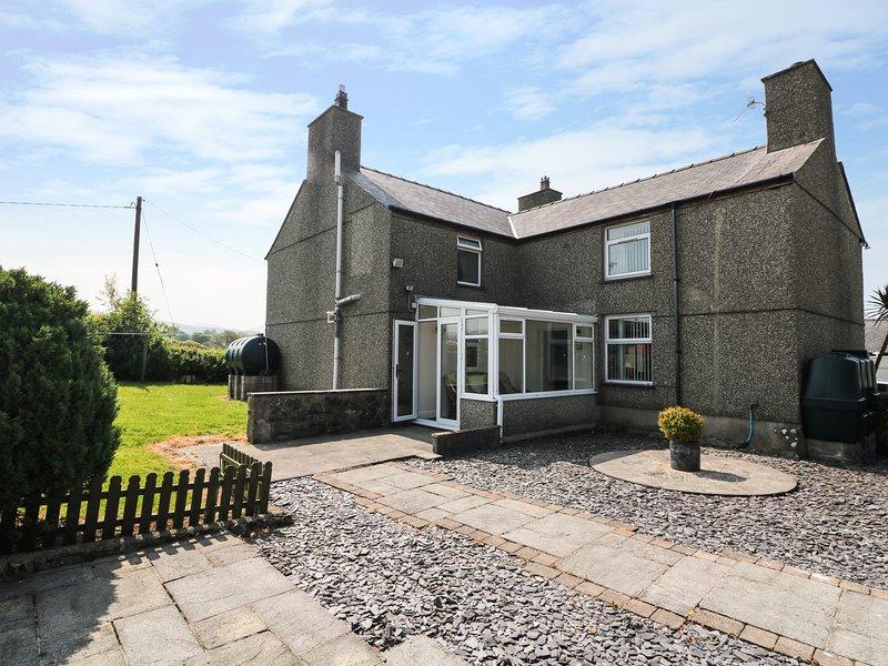 CEFN WERTHYD FARMHOUSE, countryside views, WiFi, Caernarfon 2 miles, location de vacances à Llanfaglan