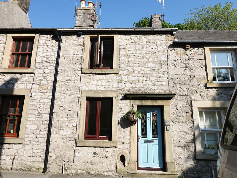 GRACE COTTAGE, Peak District National Park, dog-friendly, Smart TV, vacation rental in Millers Dale