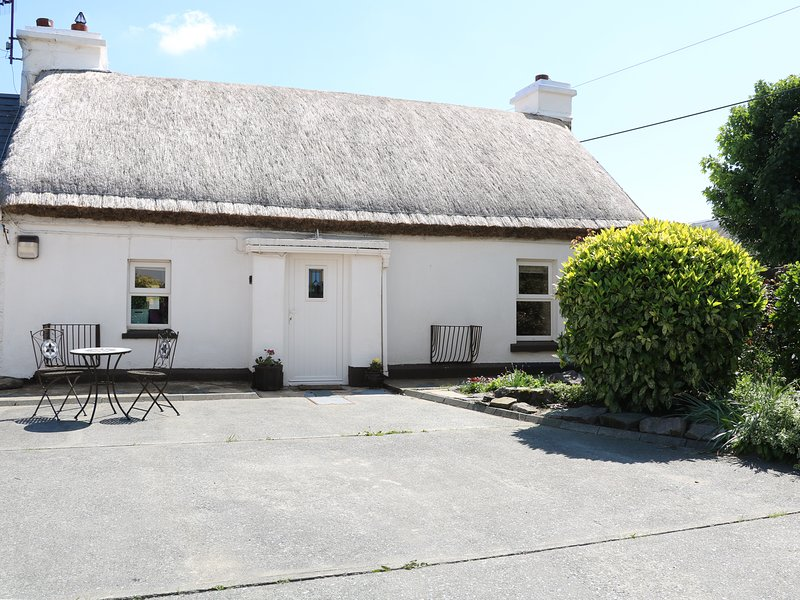 WHISPERING WILLOWS - THE THATCH, luxury thatched cottage, romantic retreat, holiday rental in Carndonagh