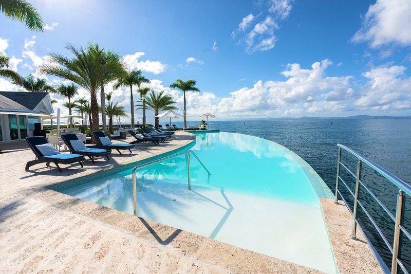 La piscina a sfioro del resort