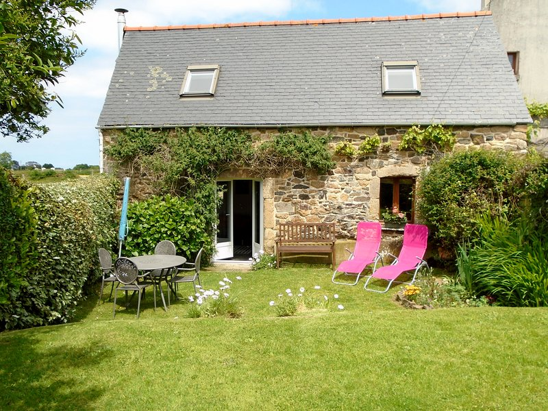 La Crèche near sandy beach, private garden, WIFI, holiday rental in Finistere
