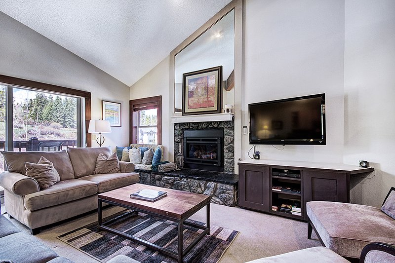 Ski in/Ski out-Beautifully Done Top Floor Condo-Seasonal Guest Shuttle, location de vacances à Breckenridge