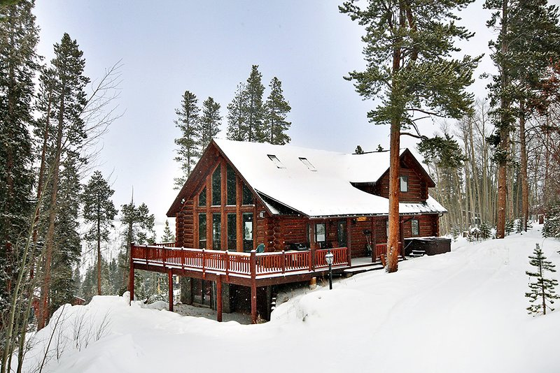 Private and Cozy Log Home with Pool Table, Private Hot Tub and Lovely Views, location de vacances à Breckenridge