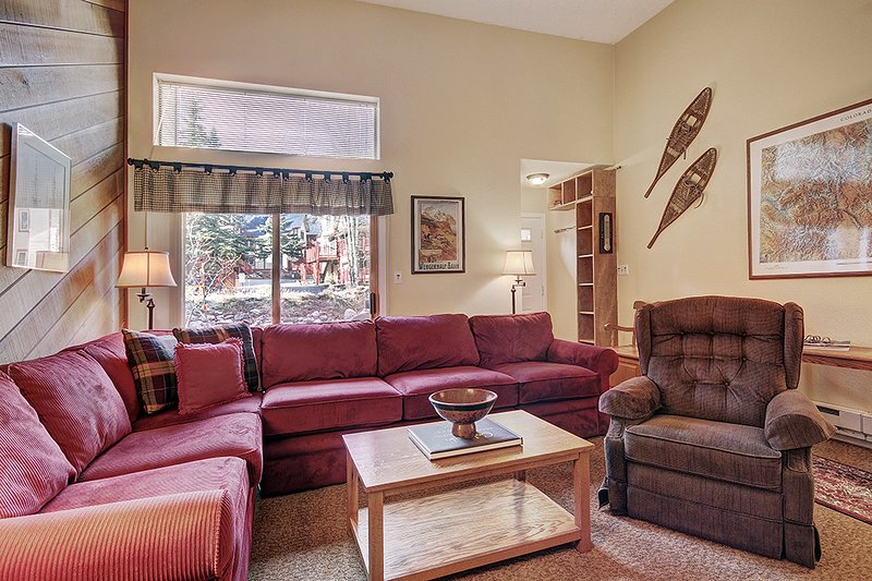 Close to Main Street-Walk to Snowflake Lift-Pool and Hot Tub Access, vacation rental in Breckenridge