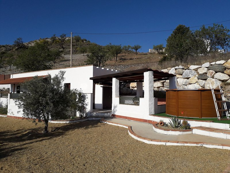 One Bedroom cottage with private pool and mountain views, aluguéis de temporada em Bedar