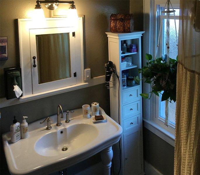 À côté de la chambre d'hôtes, une salle de bains privée, cru contenant une unité baignoire / douche.