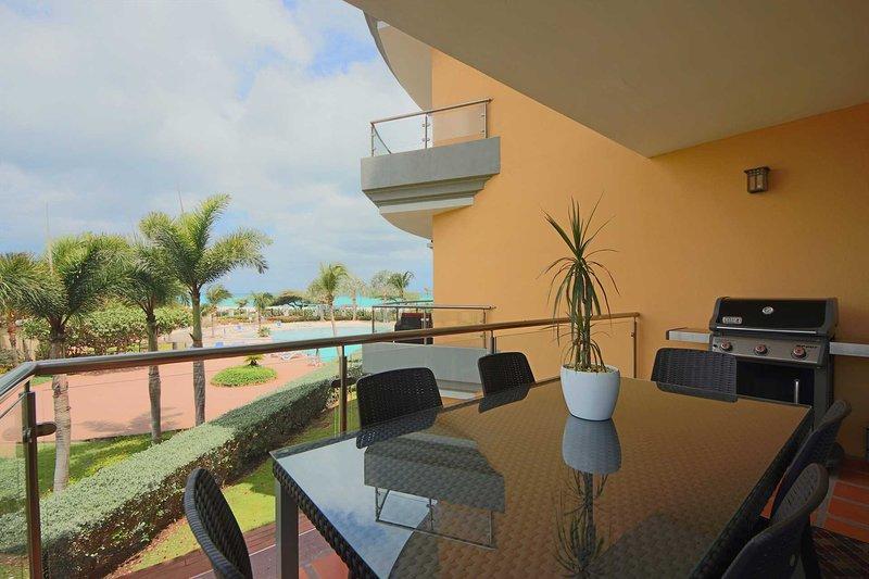 salon balcon avec vue mer et piscine