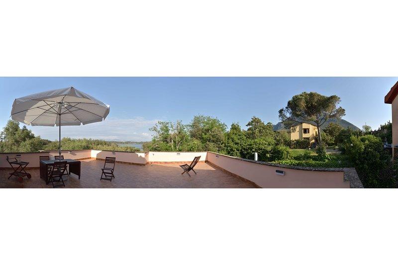 Vista a 360° del grande terrazzo con vista panoramica sul lago di Sabaudia e sul monte Circeo
