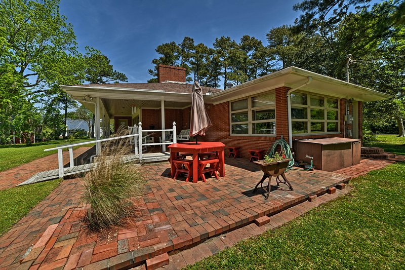 1950s-Style House w/ Dock & Patio on Newport River, location de vacances à Harkers Island