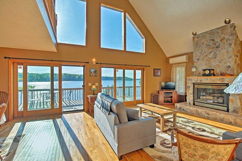 Questa casa 2.420 piedi quadrati può ospitare comodamente 12 persone con spazio per altri 2.
