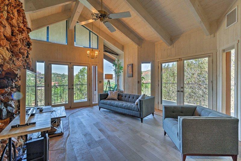 Arriba, techos abovedados enmarcan la sala de estar principal.