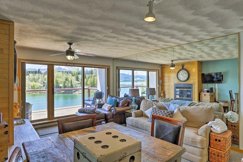 Etalez dans le plan d'étage spacieux, ouvert avec un mobilier confortable.