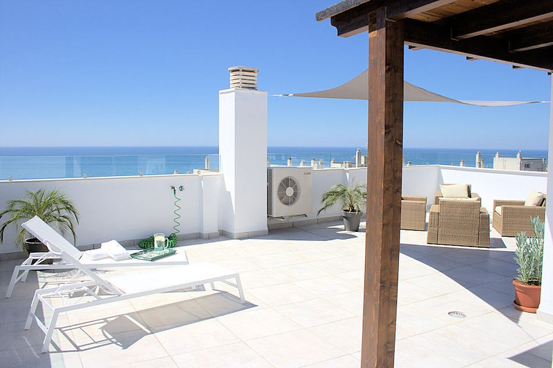 Lovely penthouse apartment with big terrace, marvelous sea view close to beach, vakantiewoning in Rincon de la Victoria