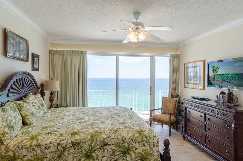 A confortável cama king-size do Captain's Master Suite vai deixá-lo dormindo no mar. Clique no nosso link Virtual Tour para um passeio em 3D da propriedade.