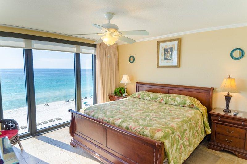 La suite du First Mate comprend un lit de traîneau king-size de luxe, deux placards, une salle de bains privative et une vue fabuleuse sur l'océan avec des baies vitrées.