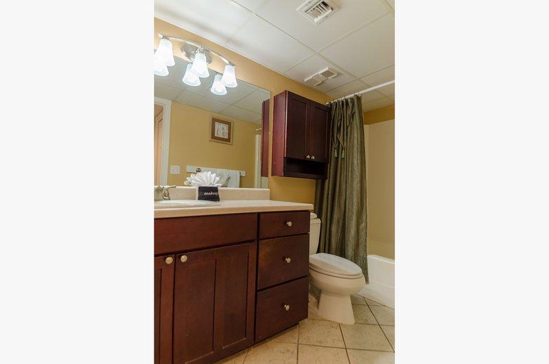 Le Captain's Master Bath est magnifiquement aménagé avec des armoires haut de gamme et des comptoirs modernes. Un sèche-cheveux et un massage douche sont également fournis pour laver tous vos soins.