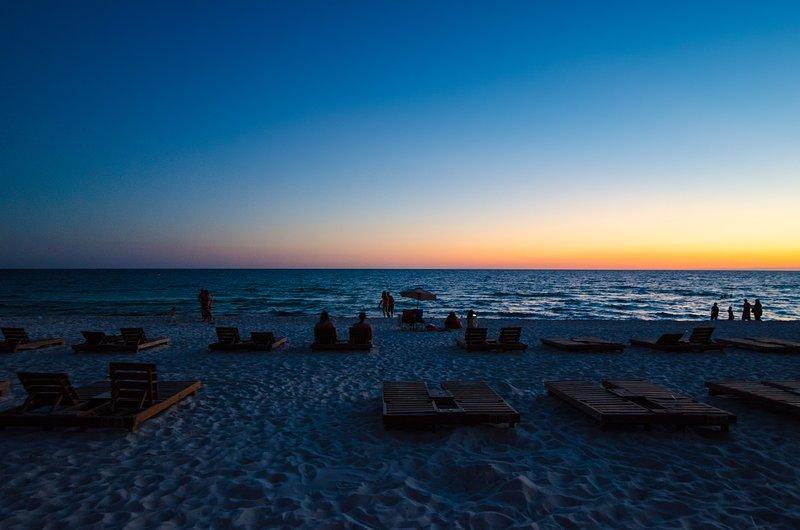 Vous pouvez regarder le coucher de soleil depuis votre balcon ou directement sur la plage! Parfait!
