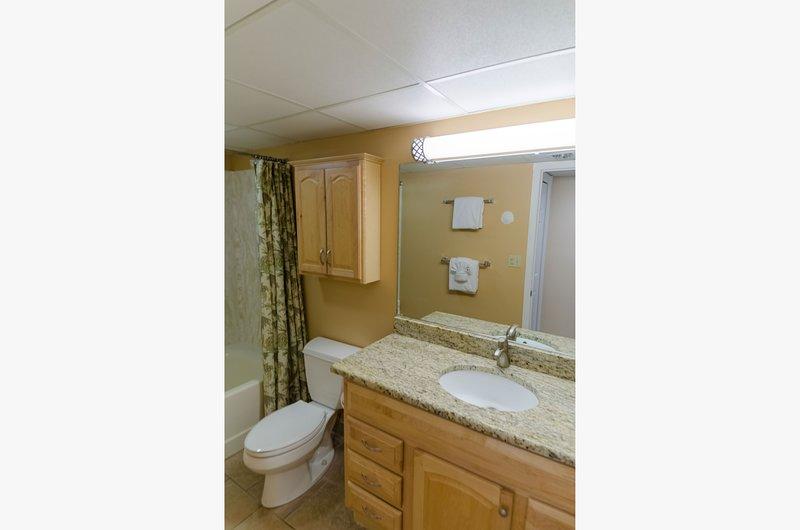 La troisième salle de bain complète se trouve de l'autre côté du hall depuis le quartier des membres d'équipage et est également disponible pour les personnes utilisant le canapé-lit!