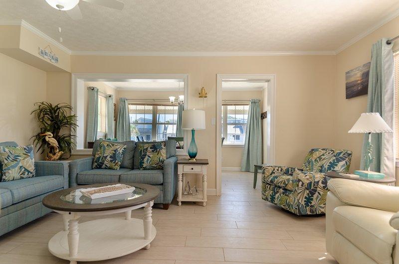 Vous aimerez le plan d'étage ouvert spacieux dans la grande salle. Beaucoup de places assises pour tout le monde avec un canapé-lit et un ensemble de fauteuils et un fauteuil à bascule pivotant ET un fauteuil inclinable en cuir mansomé!