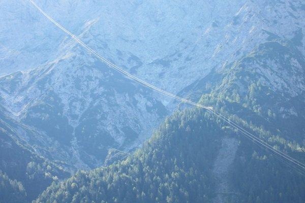 Téléphérique dans les montagnes Karwendel. Vous pouvez le voir sur le balcon.