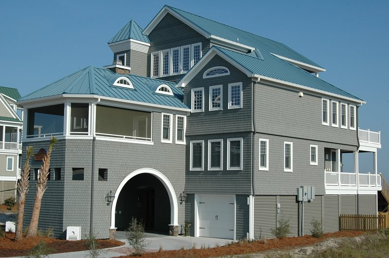 Oceanfront! + Master Spa Suite + Large Pool + Location! + 4 Fireplaces + Beach, holiday rental in North Topsail Beach