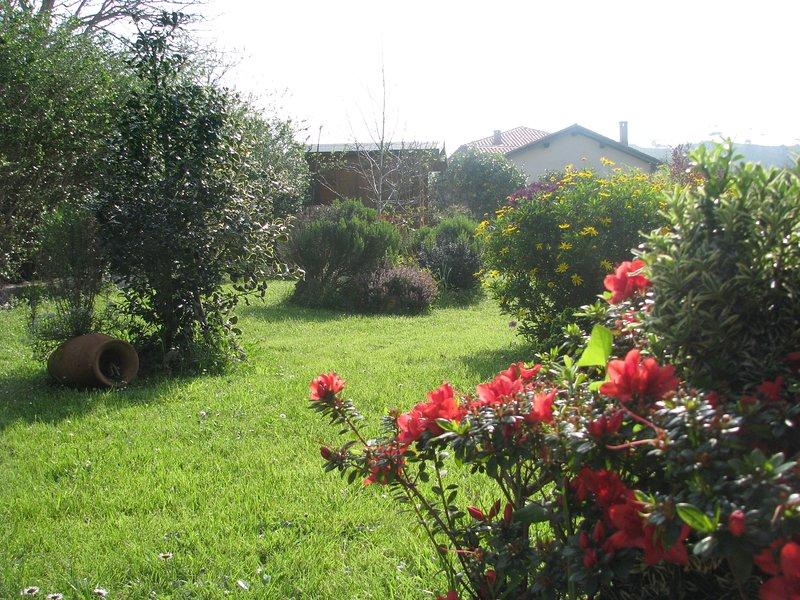 Apartamento San Roque (Santillana del Mar - Cantabria) con amplio jardín privado, alquiler vacacional en Barcenaciones