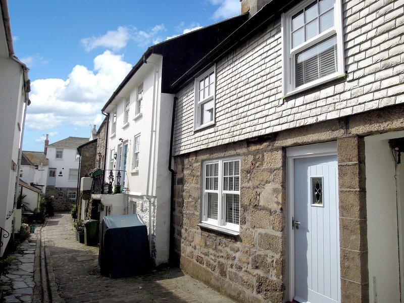 Sandy Feet huisje is op Virgin Street, een rustige geplaveide voetgangersstraat in het hart van Downalong