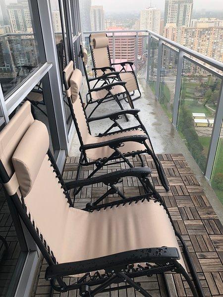 4 sillas de gravedad. Para relajarse después de un largo día. Disfruta la vista.