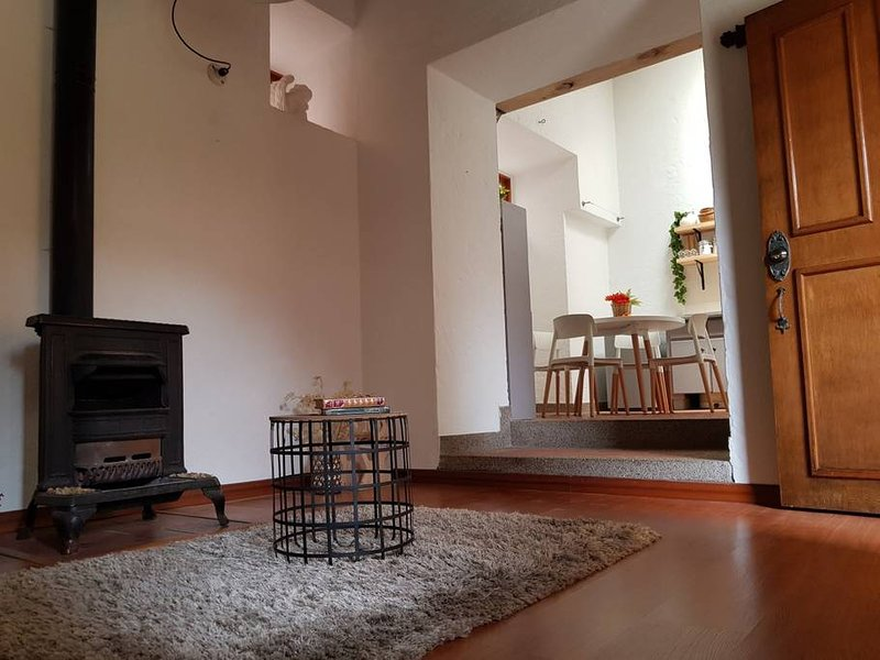 Salón: chimenea original forjada en hierro con aprox. 400 años (est.). Operado leña.