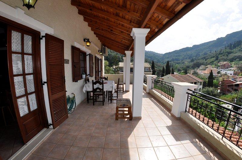 Penthouse Villa Apartment 450 m from Ag. Gordios beach W Corfu (4-6 p.), location de vacances à Ano Garouna